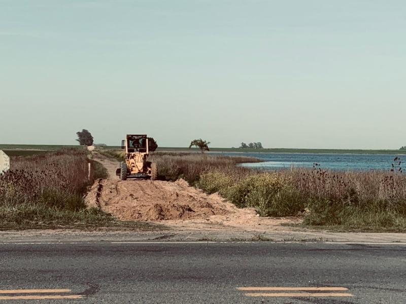 El Ente Vial trabaja en el camino ubicado junto a la Laguna de Arenal (video)