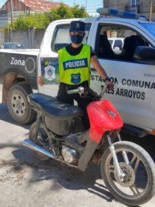 Mujer demorada por circular en una moto con pedido de secuestro activo