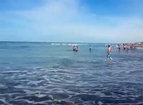 Claromecó: un guardavidas y un empleado municipal socorrieron a tres chicas en el mar