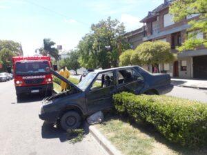 Fuerte choque sin heridos entre dos autos en Rivadavia y Balcarce