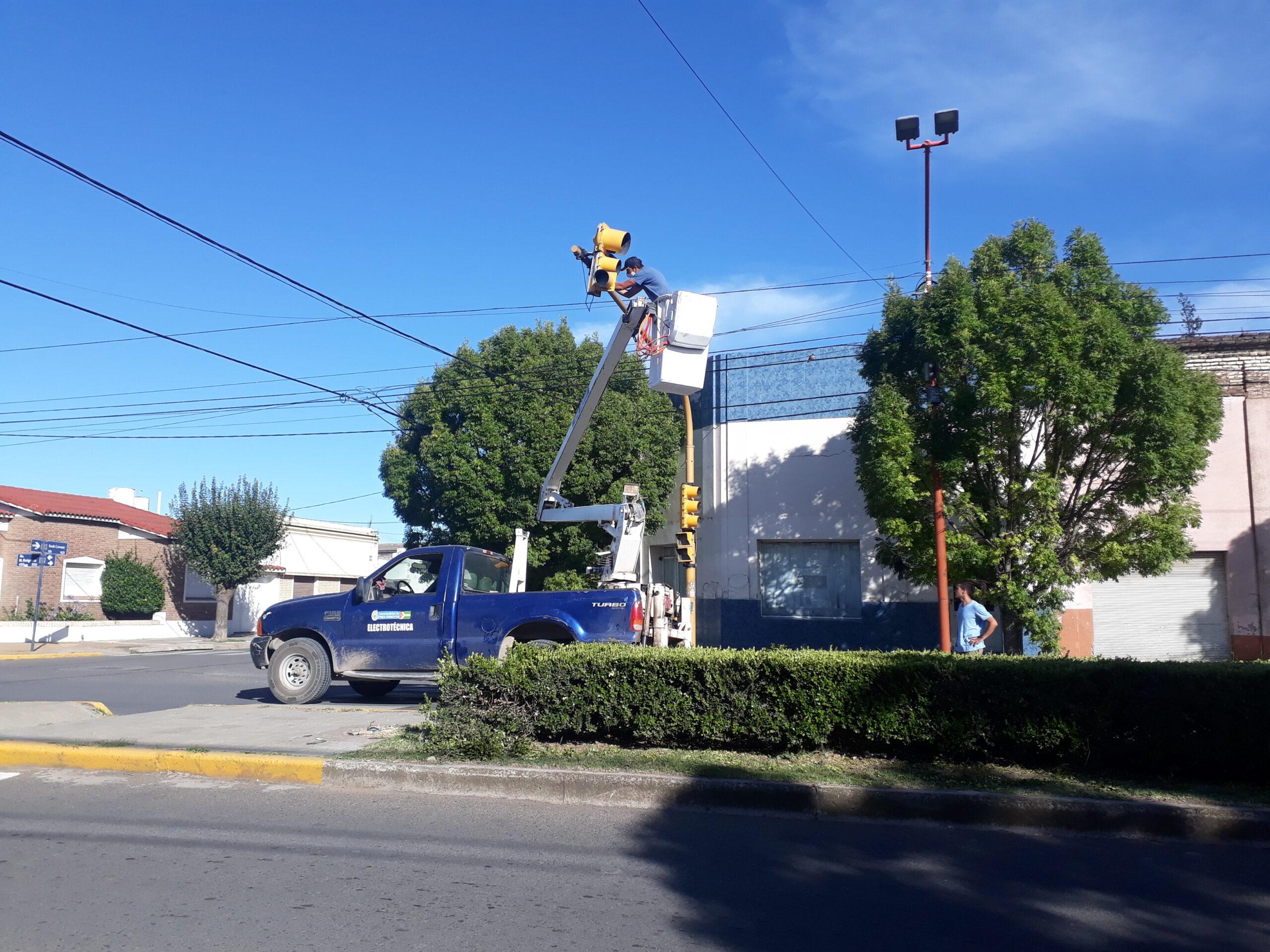 Acondicionan semáforo de Belgrano y Sadi Carnot
