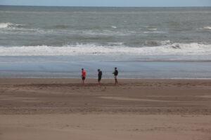 Claromecó: La gente buscó el reparo en una jornada fría