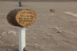 Colocaron cartelería con diversas frases en la bajada de AVIC en Claromecó
