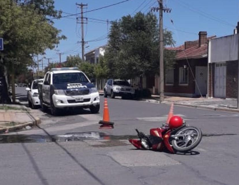 Accidente de moto y auto en Rivadavia y Castelli.
