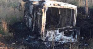 Robaron un utilitario, lo volcaron, se incendió y los detuvieron