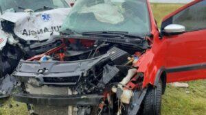 Tres personas mueren al chocar ambulancia y un auto en Ruta 3