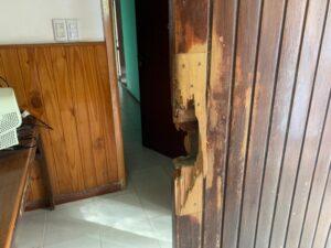 Destacamento de Reta: rompieron una puerta y todos sus vidrios