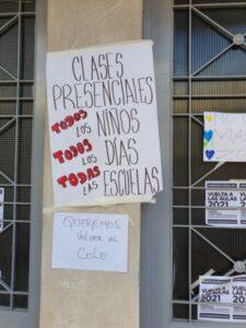 """""""Padres Organizados"""" también colocó carteles en la Sede de Inspectores"""
