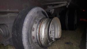 Ruta 33: un auto chocó contra un camión, voló una llanta e impactó en otro vehículo
