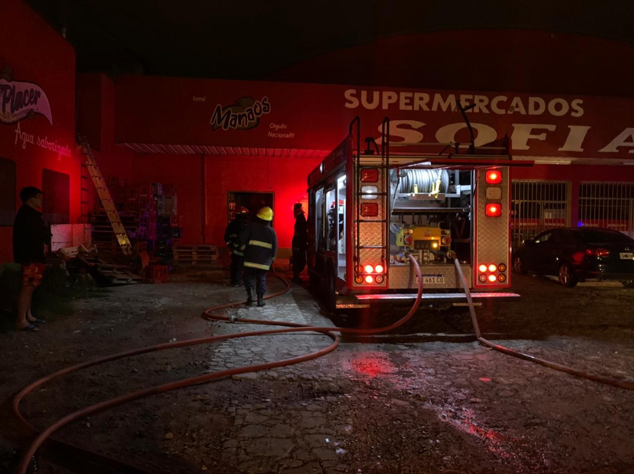 Se reavivó el fuego esta madrugada en el Supermercado Sofía