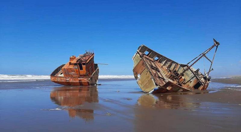 La sudestada partió en dos al barco encallado en la costa de San Cayetano