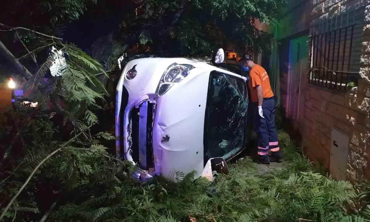 Bahía Blanca: Manejaba borracho, volcó e impactó contra una casa y varios árboles