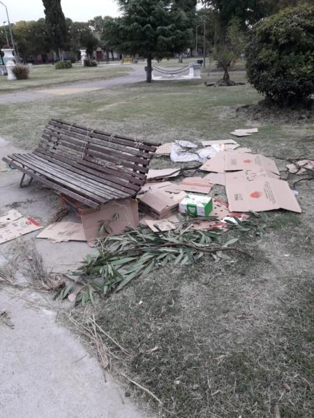 Plaza España: hallan ramas y cajas desparramadas