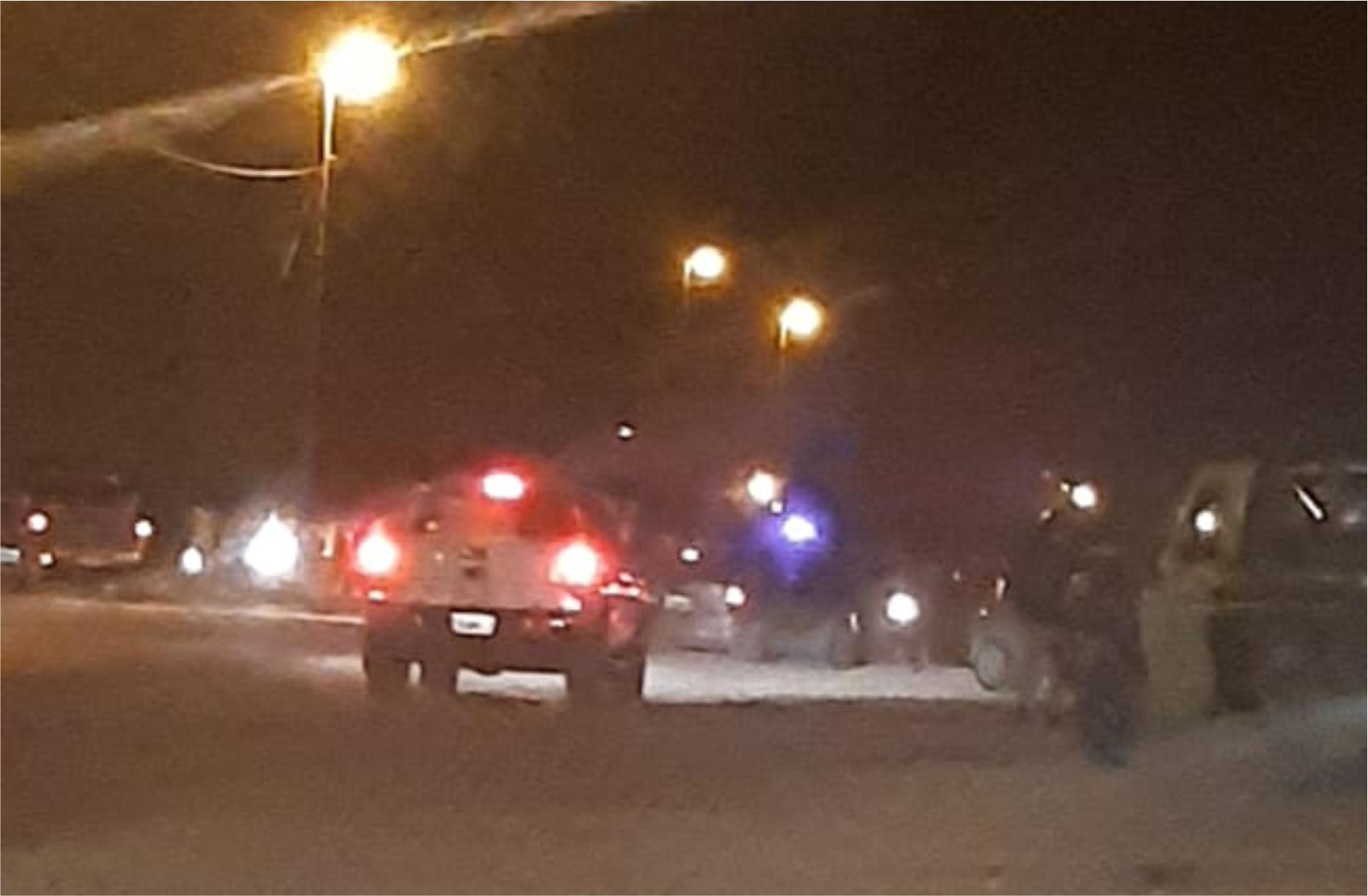 Choque de motos: dos jóvenes muertos, uno herido y policías lesionados en incidente posterior
