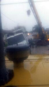 Utilizando una grúa y una pala cargadora, retiraron el camión de Malvinas que se encajó en el Barrio Olimpo