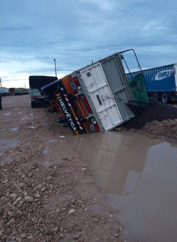 Fuertes lluvias: advierten por camiones hundidos en la playa de El Triángulo