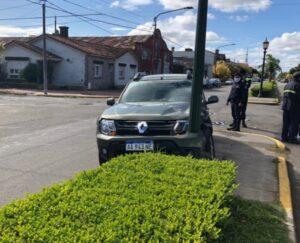 Accidente con daños materiales en Belgrano y Laprida: un vehículo terminó contra la farola de la rambla