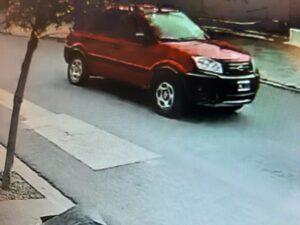 Buscan a un conductor que chocó auto estacionado y fugó