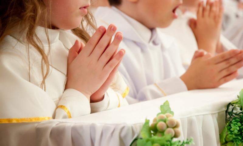 Comenzaron las primeras comuniones y el padre Buckle hizo hincapié en lo esencial del espíritu en el actual contexto