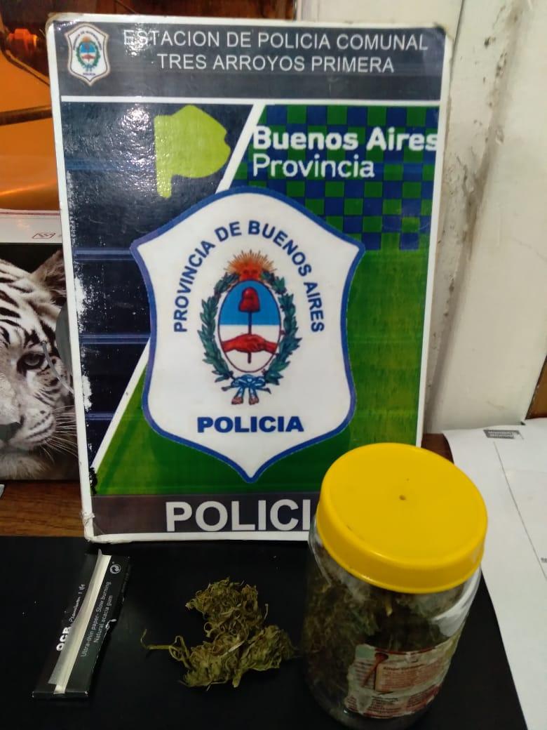 Aprehendido con un frasco con marihuana