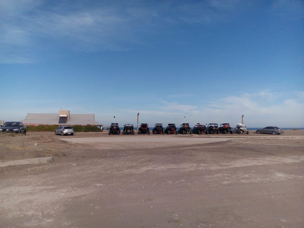 Raidistas de UTV con unas 12 máquinas pasaron por Claromecó, almorzaron y reabastecieron