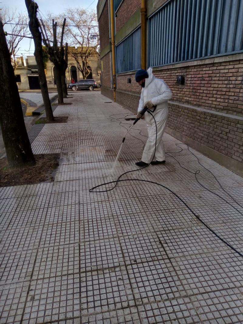 Se realizó limpieza y mantenimiento de veredas en establecimientos educativos
