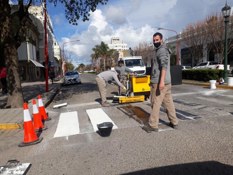 Repintaron senda peatonal de Rivadavia y Colón