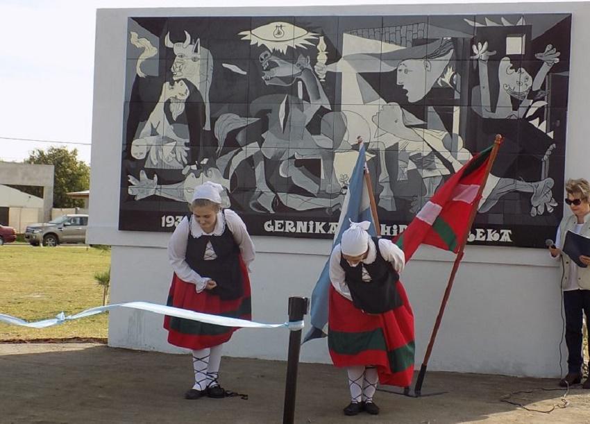 El Hiru Erreka festeja sus 22 años en la Plaza Vasca