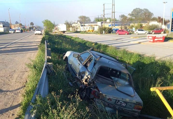 Accidente en Ruta 3 y Vélez Sarsfield: Un auto terminó en una zanja